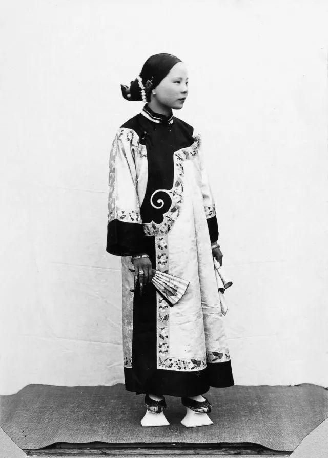 裹小脚的现代人_裹小脚的汉族女子与男旦;左边的穿戴行头,右边的穿会客套装.