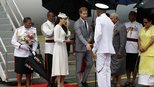 """哈里王子夫妇出访 牵手下飞机""""撒狗粮"""""""