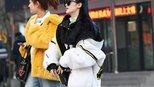 时装街拍:这种白色的打底裤很少见,穿起来年纪几岁