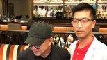 54岁李连杰驼背严重无法久站需旁人搀扶 ,网友:当年功夫巨星老了