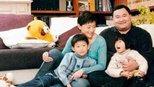 50岁杨澜全家近照,被富豪老公宠了二十三年,网友:儿女长相不忍直视!
