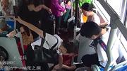 """发现车内人突然倒地 公交司机与乘客第一反应是""""甩站送医"""""""