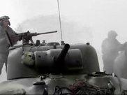 坦克车顶的机枪手 很酷很孤独