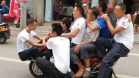 10人骑摩托街头拉轰促销