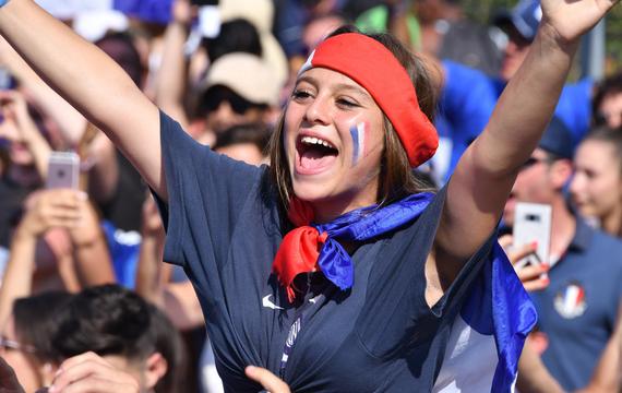 组图-世界杯靓丽风景线:美女靠曼妙身材吸引眼球