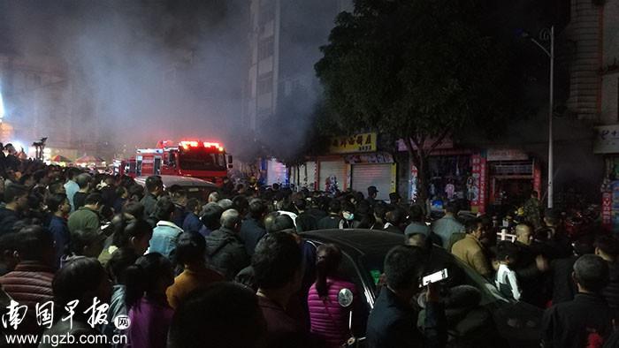 旧房起火引来民众围观 致消防被堵火场外