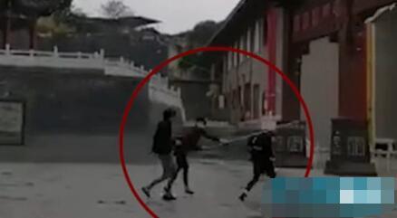 中学生围观打架遭殴打 被一棒打倒
