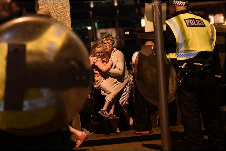 英国警方与匪徒对射50发子弹 1名群众遭警方击中