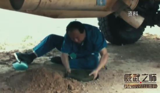 中国防雷车遭60斤炸药炸翻 车内6名士兵安然无恙