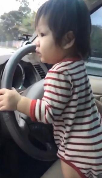 泰父亲分享10月大宝宝开车视频遭网友指责