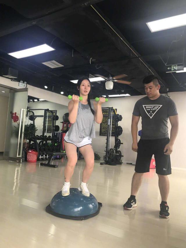 柳岩晒健身照力证:不是胖是strong,腿部壮实平