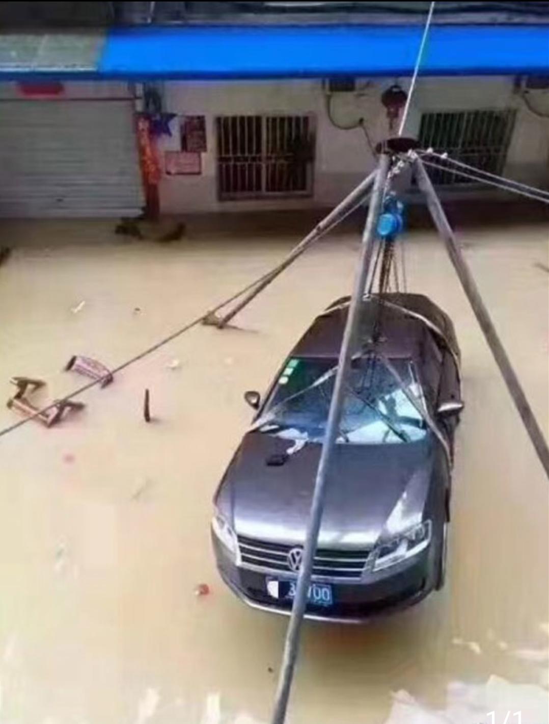 连续雨天,为了不让车泡水,这招够狠的!