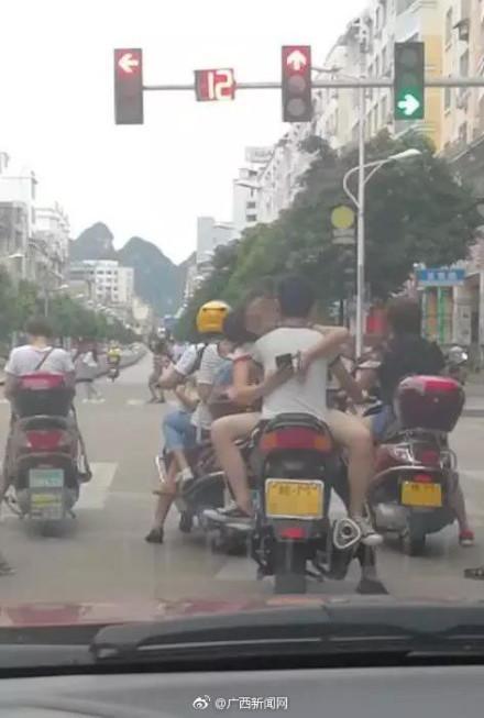辣眼!广西一对男女因这姿势骑摩托车被交警处罚