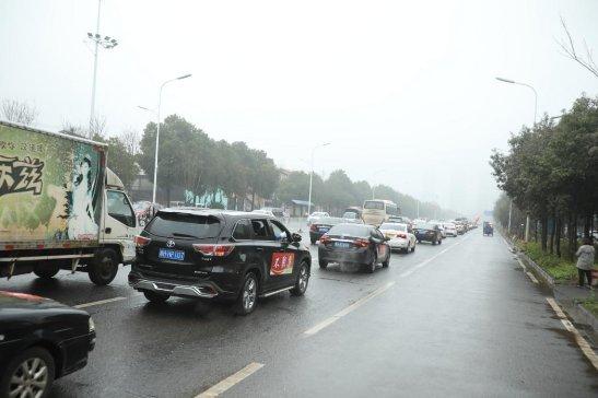 益阳市赫山区:赫山街道群众自发组成超长抗疫宣传车队