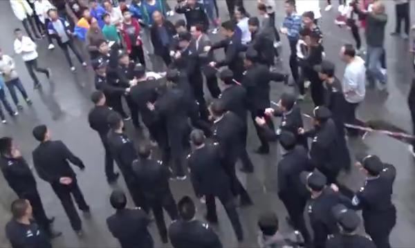 威尼斯人开户:湖南城管查封学校米粉与师生冲突_双方均有人受伤