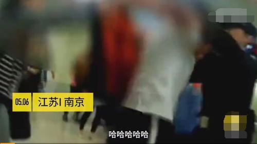 组图:南京一女子在地铁站崩溃脱衣:未赶上地铁