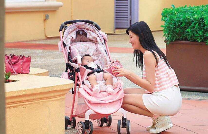 未婚妈妈赵哲妤带女儿超市采购 当街喂奶显豪放