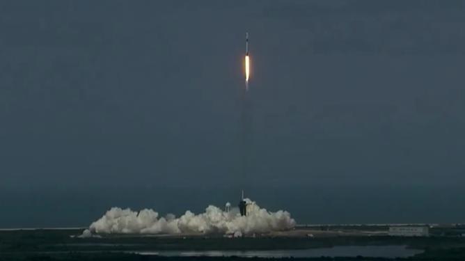 美国SpaceX载人龙飞船发射成功