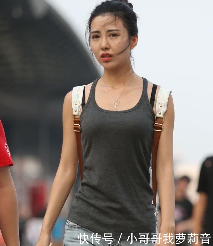 路人街拍:淑女姐姐参加活动,紧身吊带小热裤,大