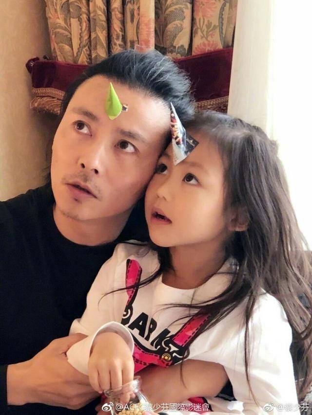 张晋两个女儿来内地录节目,却狂飙英文粤语,蔡