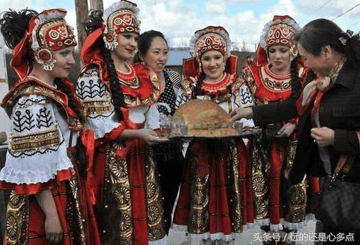 几十年前一群俄罗斯人来中国,在这里定居,最终