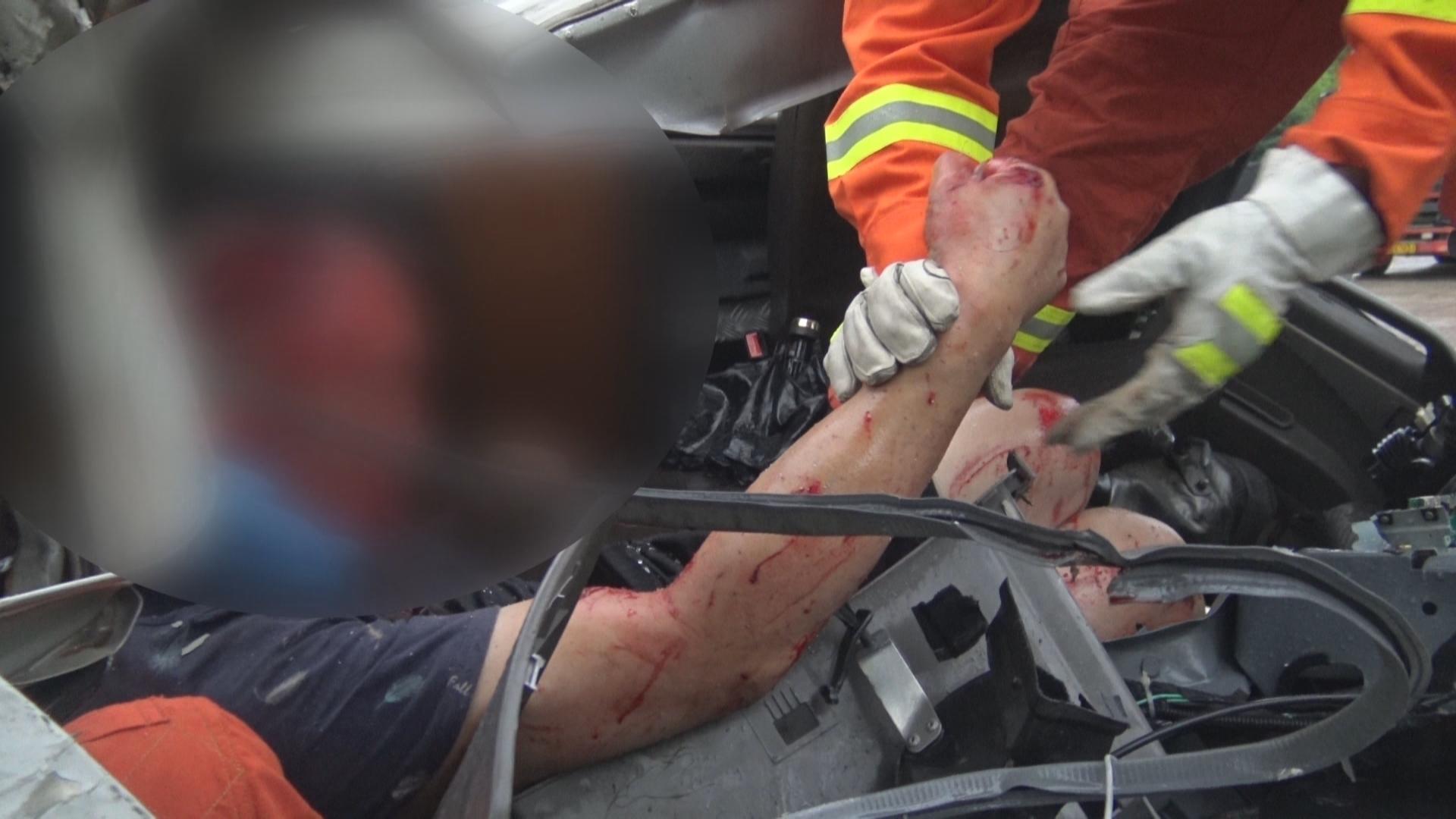 雨天路滑刹车不及时酿车祸  2人被困  消防紧急救援