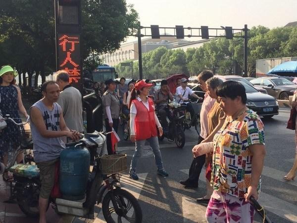 杭州志愿者烈日下开展文明交通劝导志愿服务