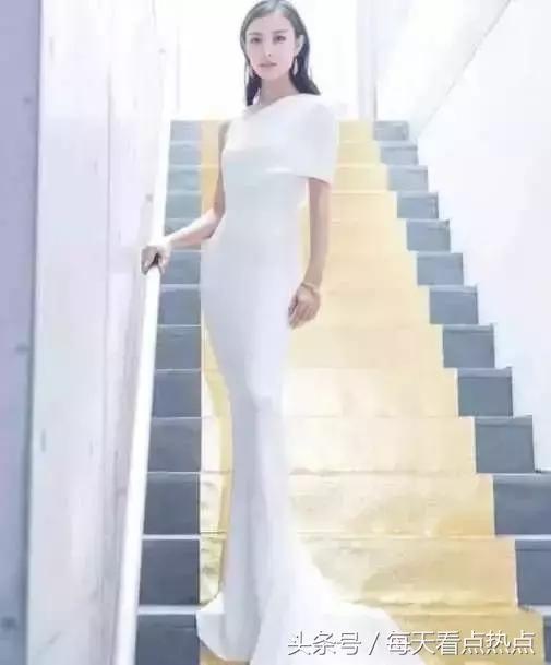 同样是穿白裙子,赵丽颖显干练,杨幂凸显身材,而