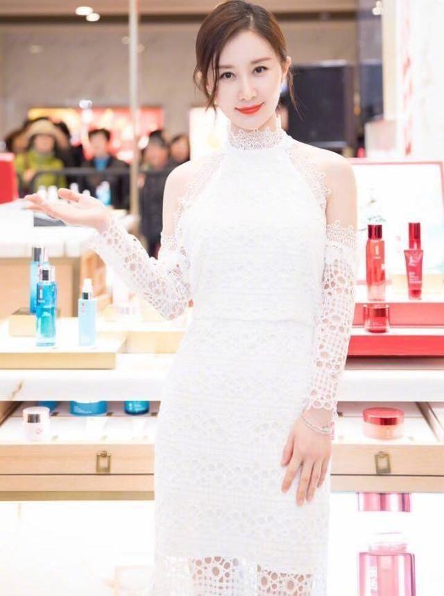 好久不见杨幂,穿着白裙子现身的她好美!