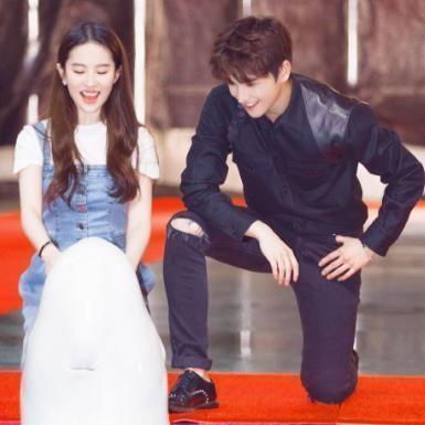 神仙姐姐刘亦菲穿这款背带牛仔裙搭配T恤,简直美出新天际了 时尚潮流 第3张