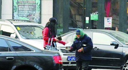 同是路遇乞丐:赵薇冷漠而王菲的这一表现被指不如张柏