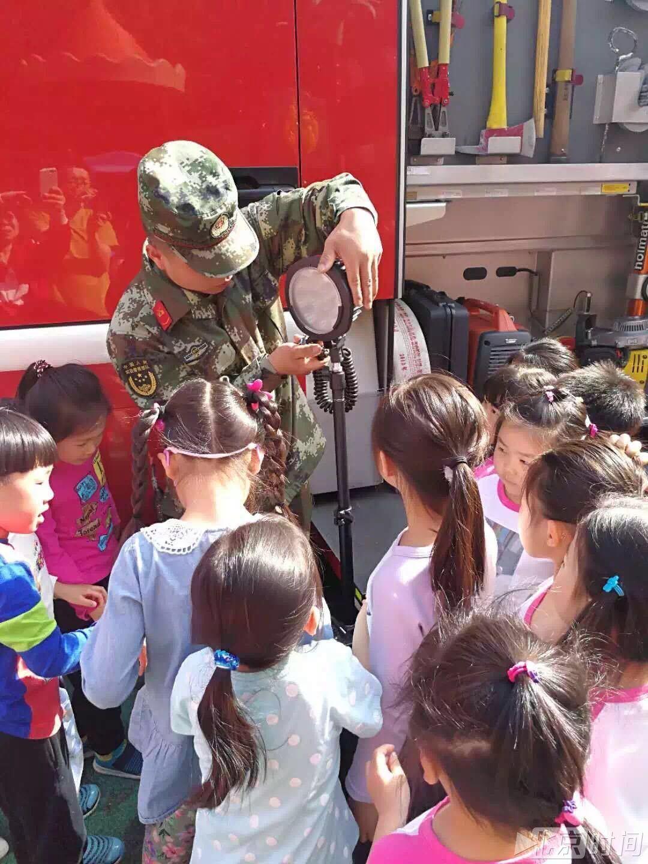 消防车开进了幼儿园 萌娃:长大后当一名消防员